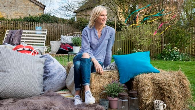 Jo-Whiley-collaboration-outdoor-hay-bales-and-cushions