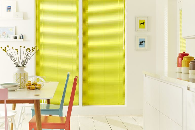 Buttercup Venetian blinds in kitchen roomset