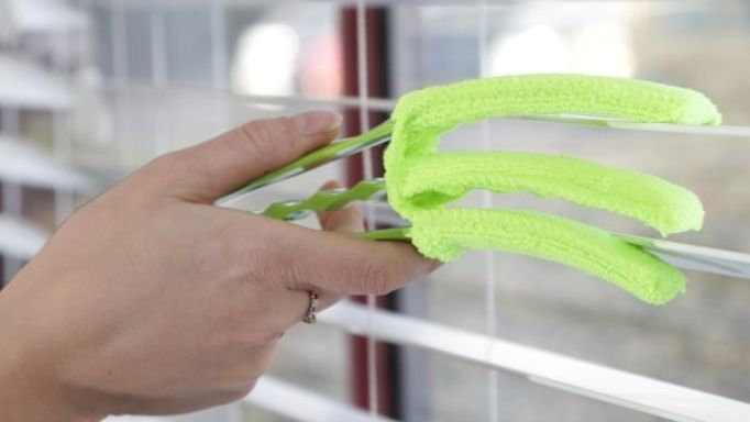 Using a blind cleaning tool