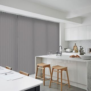 Vertical blind_Malin Light Grey_Roomset