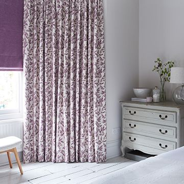 Purple patterned curtains in the bedroom - Deliza violet