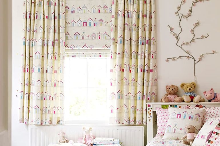 White-Patterned-Childrens-Curtains_beach-huts-pink