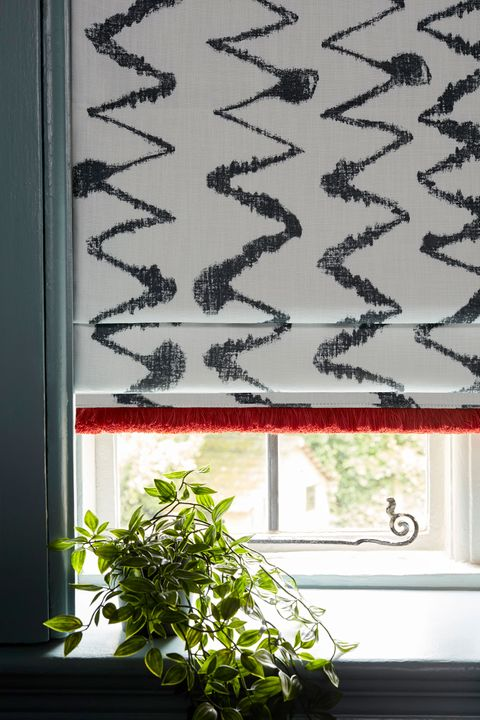 HIL_ABIGAILAHERN_PORTRAIT_DETAIL_Wolfe-Smoulder_Roman_blinds_with_Colette-Vixen_fringing