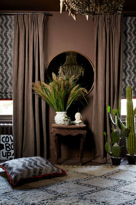 HIL_ABIGAILAHERN_PR_PORTRAIT_Garratt-Bullrush_curtains_and_Cadillac-Noir_Roman_blinds_and_cushion_with_Colette-Vixen_fringing