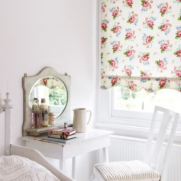 Rosie-Posie-Ivory-Roller-Blind-bedroom
