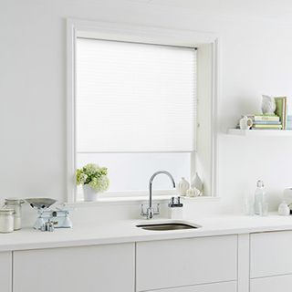 Pleated Blind_Sasso White_Roomset
