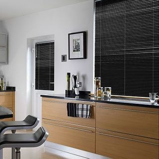Venetian Blind_Special Finish Sparkle Black_Roomset