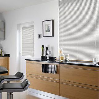 Venetian Blind_Special Finish White Shimmer_Roomset