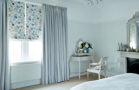 francesca-wedgewood-roman-blind-with-hatti-chambray-chain-bedroom