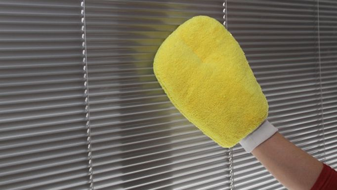 Clean-venetian-blind-with-mitten