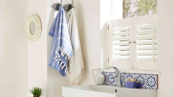 white-cafe-style-shutters-bathroom