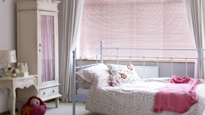 Pretty-Pink-Venetian-blind-with-white-voile-curtains